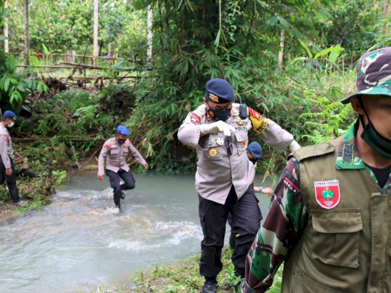 Brimob Sulsel Bantu Cari 1 KK yang Tertimbun Longsor Akibat Gempa Majene Sulbar di Desa Mekatta Kecamatan Malunda