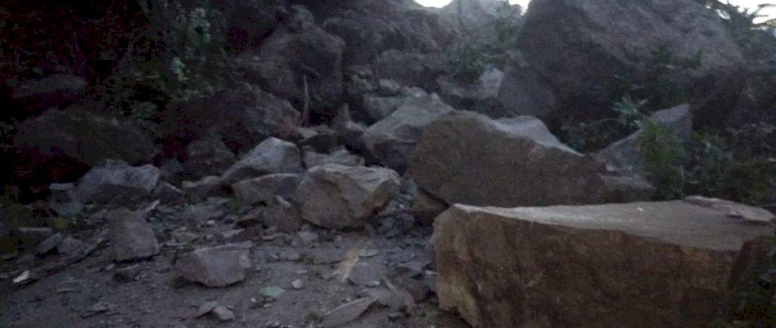 Material longsor menutup badan jalan yang menghubungkan Majene dan Mamuju. Akibatnya, antrean kendaraan mengular. (Foto: Zakir Sabara/Relawan Kemanusiaan FTI UMI)
