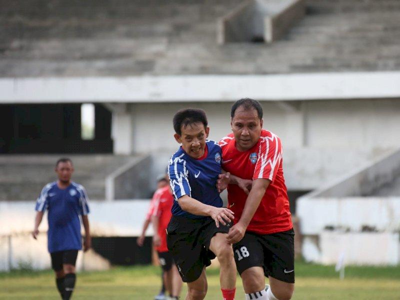 Laga Persahabatan, Danny Ikut Laga Sepak Bola Friendly Match Antara Tim Pemkot Lawan Legenda PSM