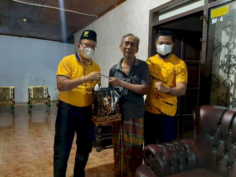 Kader Golkar Sulsel Bagikan Paket Sembako ke Tokoh Senior Golkar