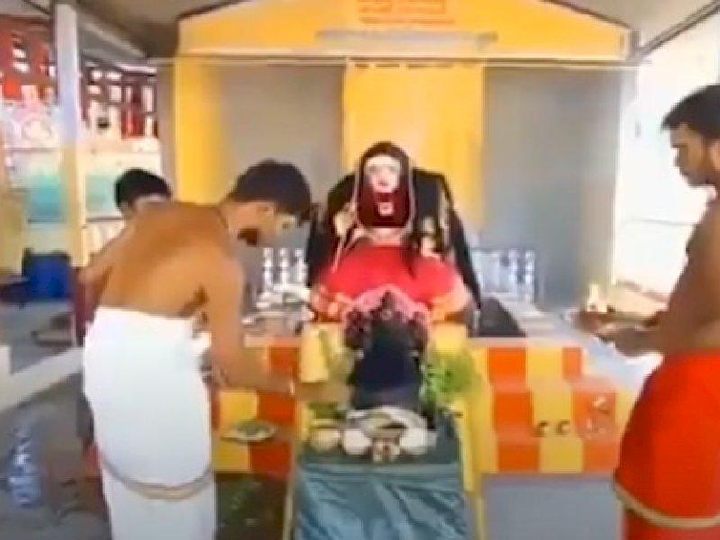 Pendeta di India Sembah Patung 'Dewi Corona' untuk Menjinakkan Covid-19