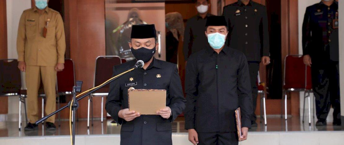 Bupati Bantaeng Ilham Asikin melantik pejabat fungsional tertentu di halaman kantor Bupati Bantaeng, Senin, 19 Juli 2021.