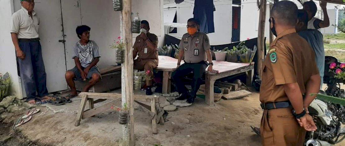 Temui Penghuni Huntara di Panampung, Kalaksa BPBD Luwu Utara Pastikan Huntap Dibangun Secepatnya