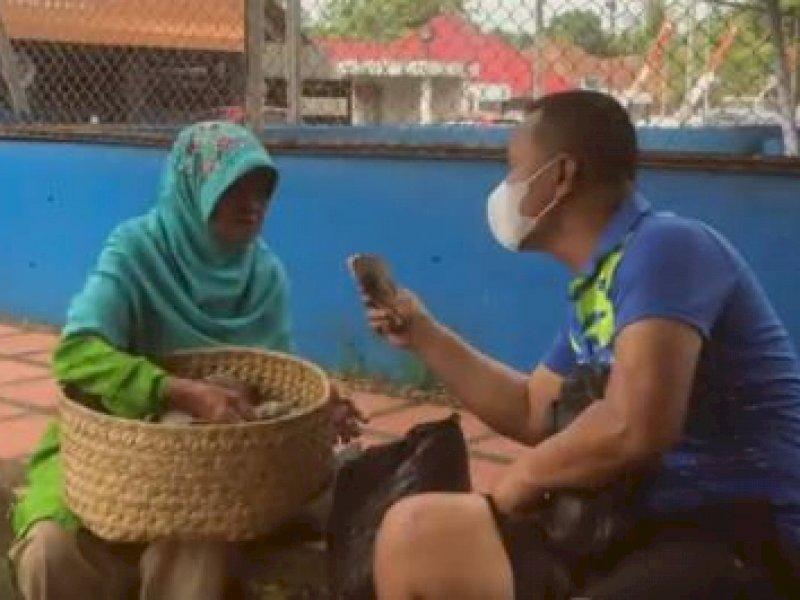Kepedulian Komandan Brimob Bone, Borong Jualan Seorang Nenek Pedagang Keliling