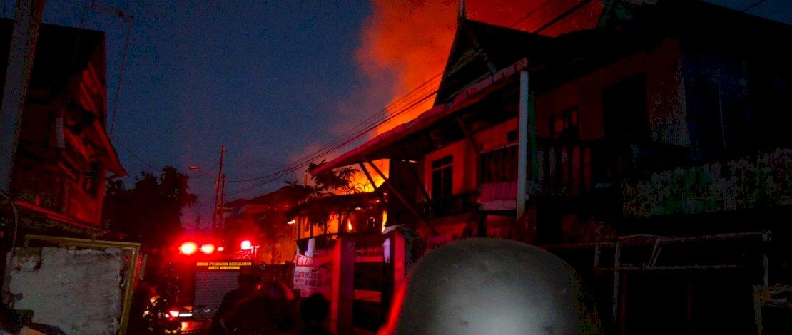 Kebakaran di Jl Ade Irma Suryani, Makassar, Kamis dini hari.