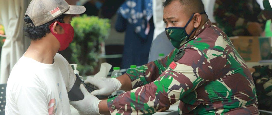 Ketua Partai Gelora Indonesia, Anis Matta bersama warga saat menggelar vaksinasi Covid-19 di lingkungan tempat tinggalnya.