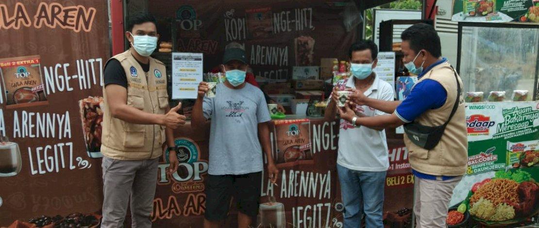 Warga Desa Cabbeng, Kecamatan Dua Boccoe, Kabupaten Bone, menikmati suguhan kopi hangat sebelum vaksin Covid-19.