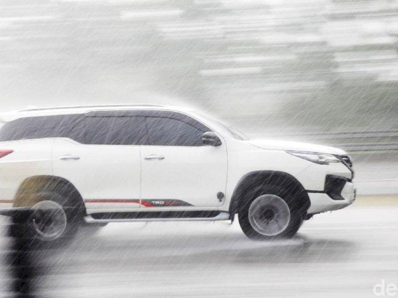 Begini Dampak Buruk Air Hujan untuk Mobil