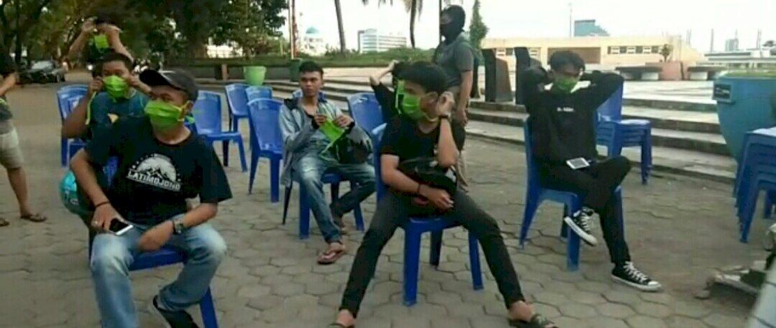 Operasi Yustisi, Satpol PP Makassar Bagikan Masker ke Warga Pelanggar Protokol