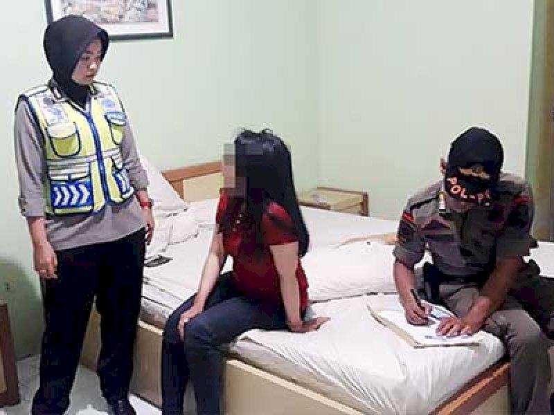 Kepergok Indehoi di Hotel, Mahasiswi Cantik Dipaksa Menikah dengan Kakek
