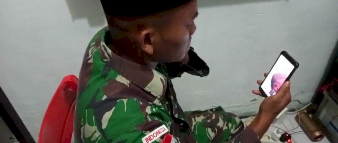 Praka Saiful Bahri mengazani putri pertamanya lewat video call dari perbatasan Papua Nugini.