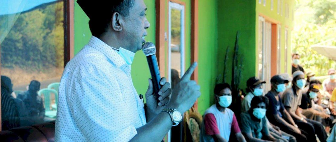 Andi Tajerimin memaparkan program di Desa Labuaja, Kecamatan Cenrana, Kabupaten Maros.