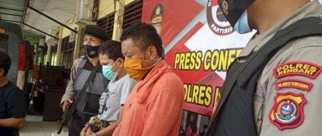 Uca (baju abu-abu) dan Kasmuddin (baju oranye), ditangkap Polres Kendari. (Foto: Sitti Herlina/Detik)