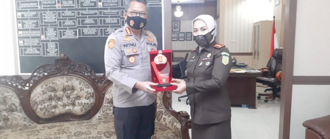 Kapolrestabes Makassar, Kombes Pol Witnu Arif Laksana menerima cinderamata dari Kajari Makassar, Andi Sundari SH.